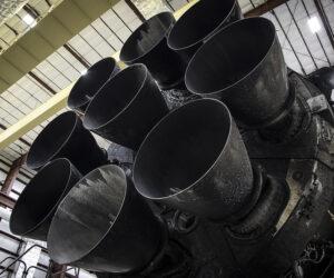 Devět motorů Merlin 1D prvního stupně s dobře viditelným tepelným štítem chránícím dno rakety.