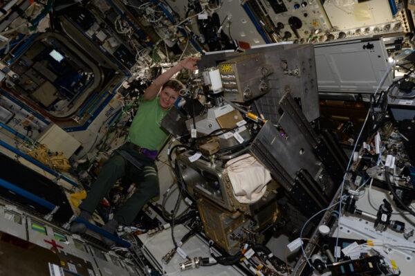 Dnes byl překonán rekord celkového počtu strávených dní neruského kosmonauta! 543 dní, z nichž po 157 z nich jsem měl tu čest být součástí! Jsem hrdý, že obíhám Zemi s Peggy Whitson - rekordmankou, úžasnou ženou, a všeobecně skvělým člověkem.