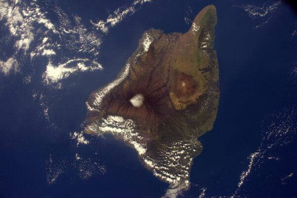 Havajský ostrov a jeho vulkány Mauna Kea, Mauna Loa a nedávno aktivní Kilauea.