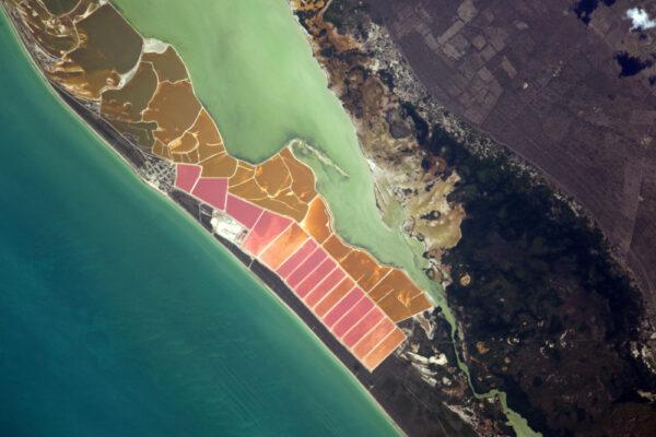Čím více se dívám na Zemi, zjišťuji, že je zde zastoupen každý tvar, ať už je vytvořen lidmi nebo přírodou. Tyto laguny jsou součástí mexických vykopávek na Yucatanu: umělá jezera a kupy soli jsou vytvořena lidmi, avšak barvy jsou dány přírodou - v tomto případě planktonem a dalšími organismy.