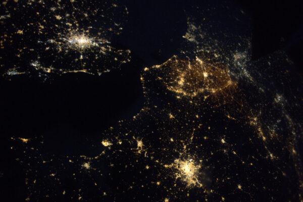 Někdy jednotlivé země lépe rozeznáte v noci: Belgie se svými osvětlenými silnicemi se zdá být žlutá, Německo má světla modřejší.