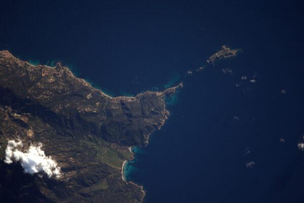 Další fotka Korsiky. Nechci zanedbávat další oblasti na Zemi, ale rozpoznat ostrovy a pobřeží je jednodušší!