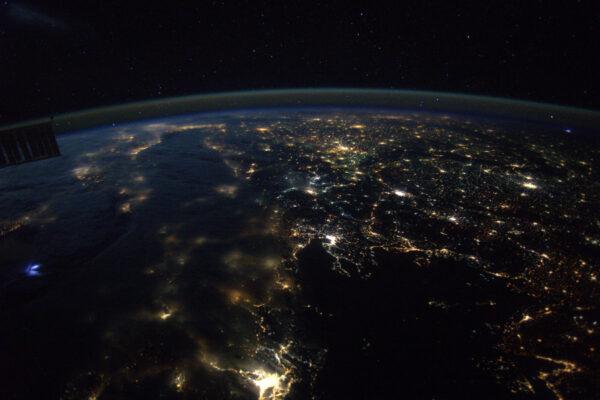 Tato fotka ukazuje, jak je Země křehká - tenký proužek viditelný na horizontu je naše atmosféra, jediná věc chránící nás před vakuem a vesmírným zářením. Bouřlivá noc nad Řeckem a Itálií.
