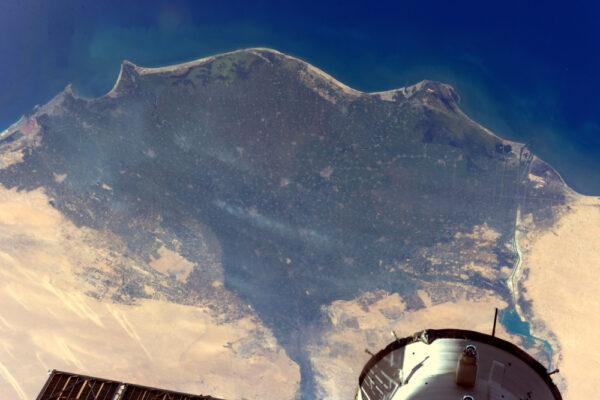 Dokážete s trochou přiblížení zahlédnout pyramidy? Měli byste vidět Alexandrii, Káhiru a Suezský průplav.