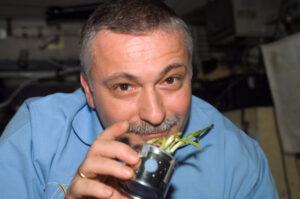 Fjodor Jurčichin pózuje při 15. dlouhodobé expedici s pěstovaným česnekem.