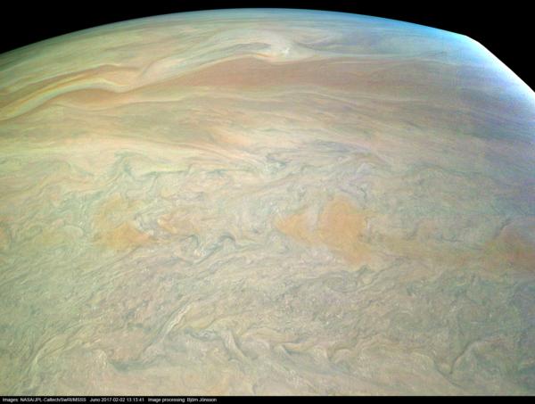 Obrázek vzniklý při 4. průletu kolem Jupiteru ze vzdálenosti asi 1 500 km nad povrchem planety. NASA / JPL-Caltech / SwRI / MSSS / Björn Jónsson