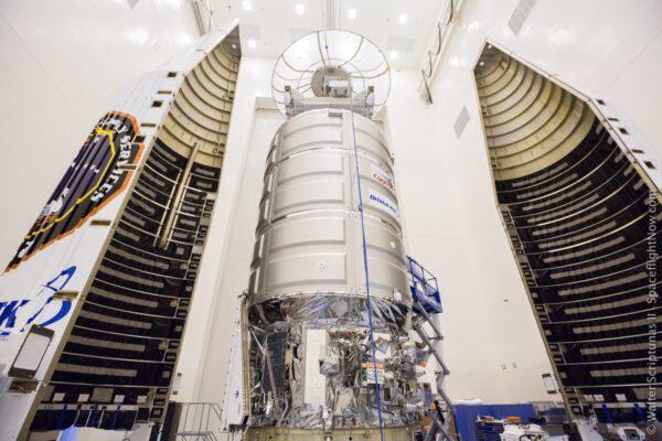 Cygnus OA-7 je ukládán do krytu