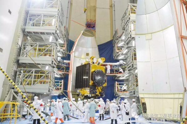 Ukládání družice Shijian-13 pod aerodynamický kryt.