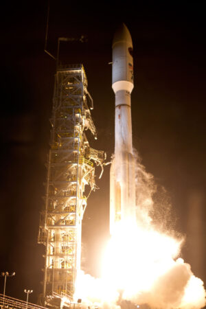 Když startoval Atlas V na misi NROL-75, bylo jasné, že jde o velký a těžký náklad - raketa měla pětimetrový aerodynamický kryt a čtyři urychlovací bloky.