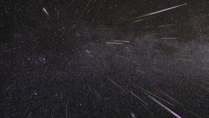 Prachová zrnka meziplanetární hmoty nám na Zemi přinášejí krásnou podívanou v podobě meteorických rojů, ale jsou i zdrojem kovů.
