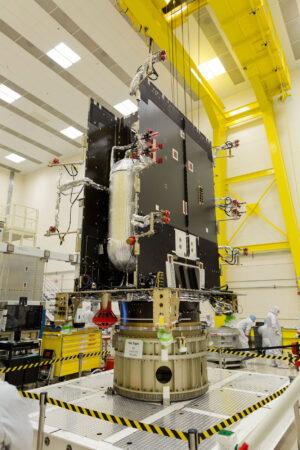 Starší snímek z výroby družice GOES-S z doby, kdy byla hotová jen základní konstrukce satelitu.