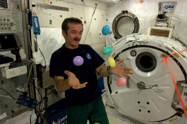 Chris Hadfield žongluje s vajíčky na ISS