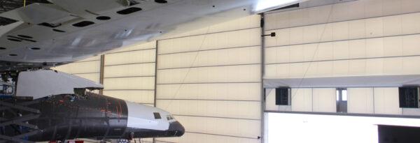 Pohled na kabinu zpod křídla