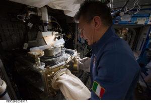 Italský astronaut Paolo Nespoli na fotce z expedice 26 při práci s mikroskopem Light Microscopy Module (LMM). Tento dokonalý přístroj bude využit i při aktuální sadě experimentů.