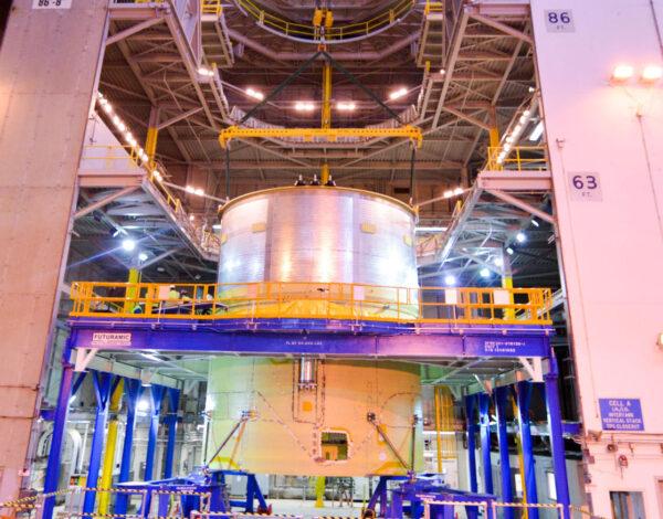 Motorová sekce je na horním konci spojena se simulátorem části vodíkové nádrže.