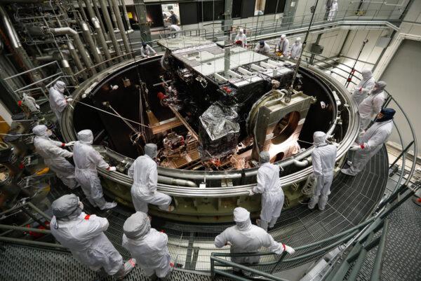 Spouštění družice GOES-S do vakuové komory.