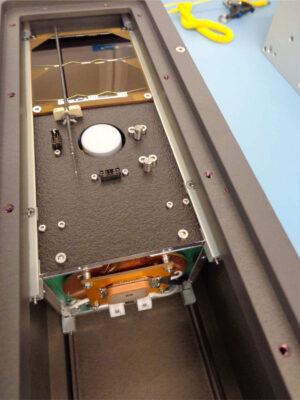 Družice UPSat ve vypouštěcím zařízení k ISS.