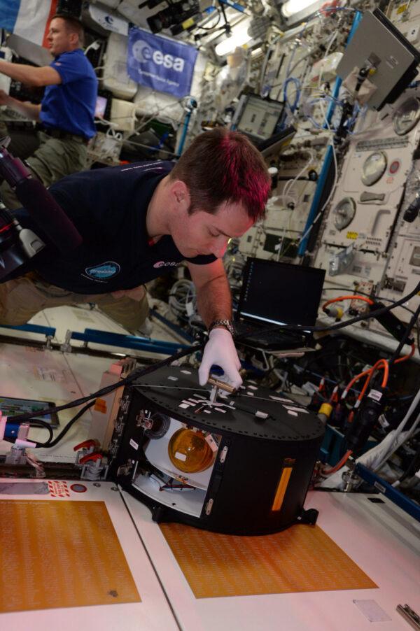 Jedná se o experiment CNES zaměřující se na chování kapalin ve vesmíru. Obsahuje dvě koule, v nichž je barevná voda, která se promíchává vibracemi.