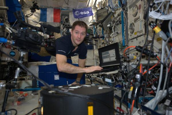 Vědci na Zemi budou analyzovat záběry, které jim dolů odešleme, aby (mimo jiné) lépe porozuměli tomu, jak se chovají kapaliny v nádobách. To bude užitečné k využití paliva z nádrží vesmírných sond a lodí do poslední kapky (což bez gravitace není tak jednoduché, jak by se mohlo zdát!)