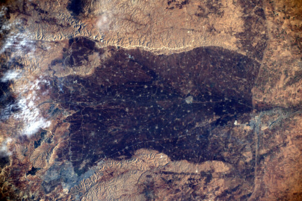 Zajímavě vypadající lidmi přetvořená krajina v poušti. Co si myslíte, že to je?