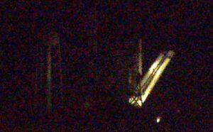 Vztyčování Falconu 9 na rampě probíhalo ještě za tmy.