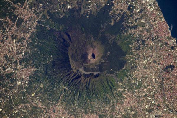 Vertikální pohled na spící sopku Vesuv.