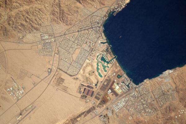 Akaba v Jordánsku se zdá vmáčknutá mezi vodu, hory a poušť.