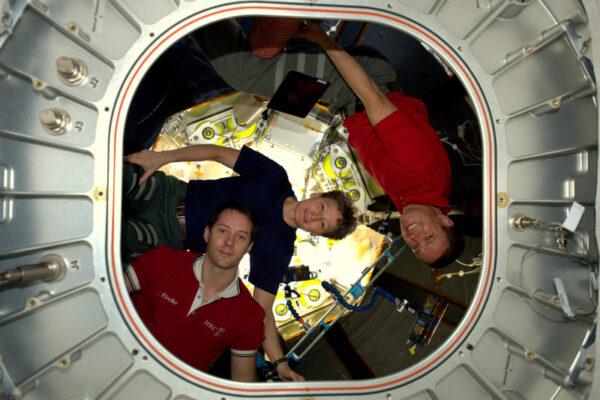 S Jackem a Peggy v modulu BEAM – Bigelow Expandable Activity Module. Používáme vesmírnou stanici nejen pro vědu, ale také jako testovací platformu pro budoucí průzkum vesmíru a tento modul je zářným příkladem. Vypuštěn je stlačený a ve vesmíru se nafoukne. To šetří prostor a hmotnost na nosné raketě a právě takovou technologii budeme potřebovat, až se lidé odváží vydat do vzdálenějších míst Sluneční soustavy.