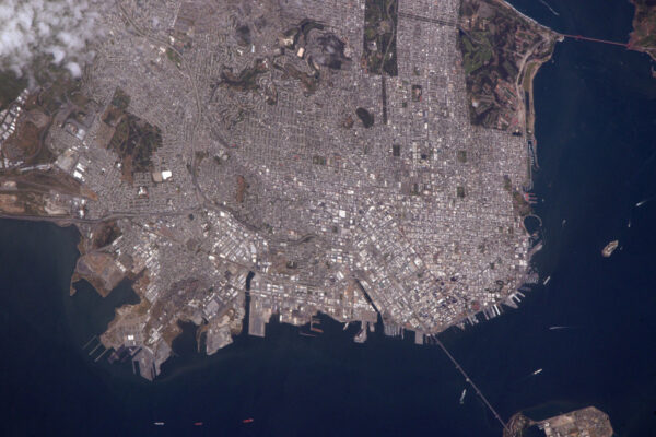 (3/4) San Francisco v Kalifornii. Odsud není možné vidět tramvaje a strmé ulice, ale s dobře viditelnou sítí ulic není těžké si je představit.