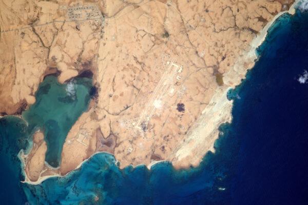 Toto letiště je hezky umístěno – co by kamenem dohodil od Rudého moře v Egyptě.