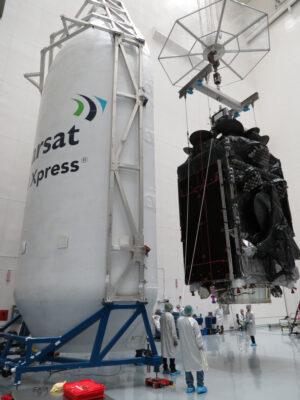 Inmarsat 5-F4 před uložením do aerodynamického krytu