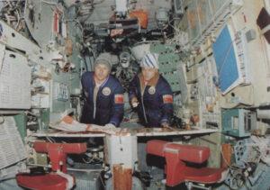 V popředí snímku jsou nová ergonomická křesla u hlavního ovládacího pultu stanice
