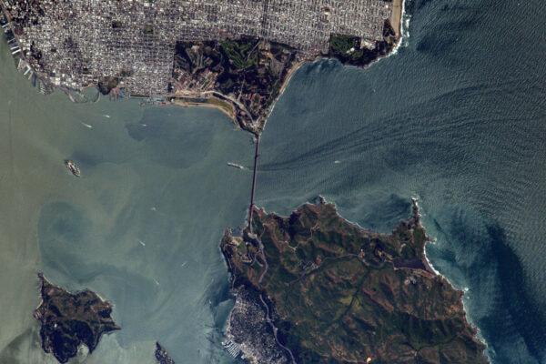 (2/2) Most Golden Gate v zálivu. Je červený, ne zlatý, avšak úžina byla pojmenována podle zlaté horečky.