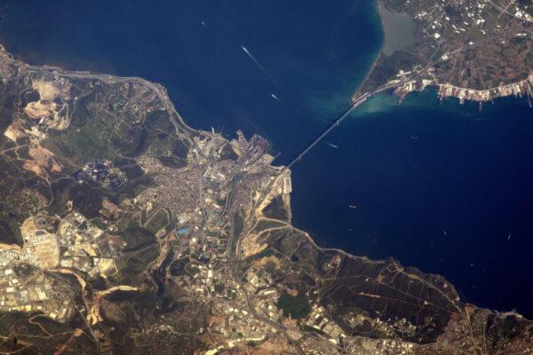 Most Osmana Gaziho přes Marmarské moře mezi Evropou a Asií.