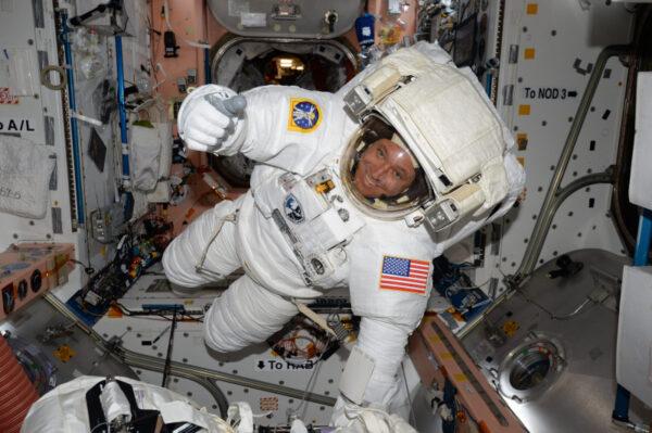 Není úplně běžné vidět astronauta ve skafandru uvnitř ISS! Ověřili jsme, že Jacku Fisherovi (2fish) padne, takže je vše připraveno na pátek, kdy společně s Peggy půjde ven. Využil této příležitosti a vydal se prozkoumat interiér! Myslím si, že tohle je první IVA (Intra-Vehicular Activity) v historii programu ISS!
