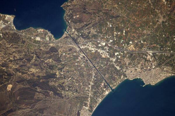 V Egejském moři můžete zahlédnout extrémně úzký Korintský průplav s jeho vysokými kamennými zdmi.