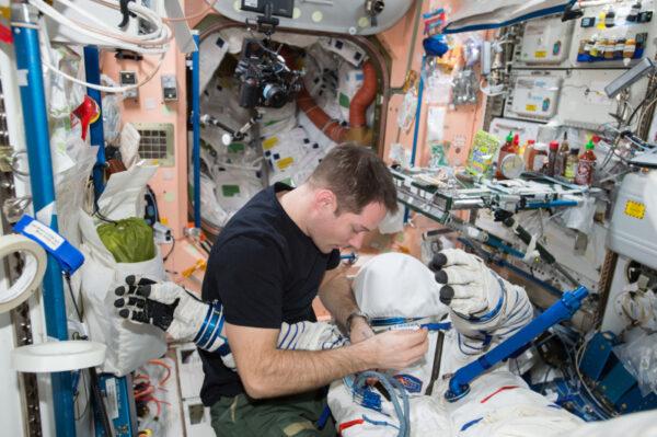 Pokud by v návratovém modulu Sojuzu nastal požár nebo náhlá ztráta tlaku, skafandr nás udrží v bezpečí.
