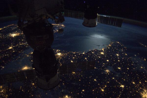 Při úplňku můžete vidět skoro tak dobře, jako při denním světle, zvláště pokud jsou k dispozici také světla měst. Naše přirozená oběžnice se odráží na moři a dává stanici šedou auru.