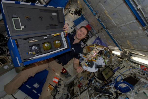 Rozbalování experimentu Fluidics francouzské agentury CNES, který zkoumá chování kapalin ve vesmíru.