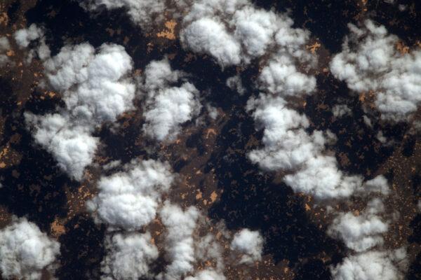 Všechno nejlepší k narozeninám Alexandru Gerstovi, kterému je dnes 41 (3.5., pozn. redakce). Zde je fotka dvou věcí, které tě fascinují: mraky nad lávovými poli (Haruj v Libyi). Slyšel jsem, že cvičíš v Houstonu na svou další v misi v roce 2018. Už brzy budeš moct z vesmíru obdivovat oblaka a vulkány sám!