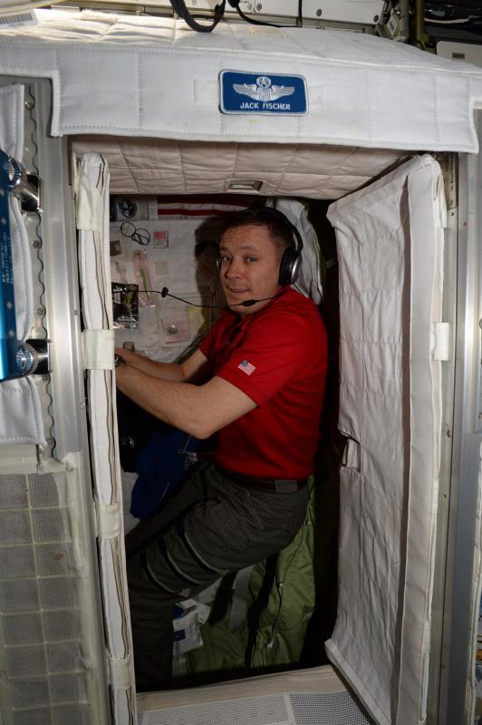 Expedice 51 už je nějakou dobu kompletní. Seznamte se s jedním z nově příchozích: Jack Fisher, alias 2fish (jeho volací znak): plukovník letectva, výjimečný testovací pilot, počítačový génius – muž mnoha talentů. Stejně jako já byl mezi astronauty vybrán v roce 2009 a stejně jako já je na své první vesmírné misi!