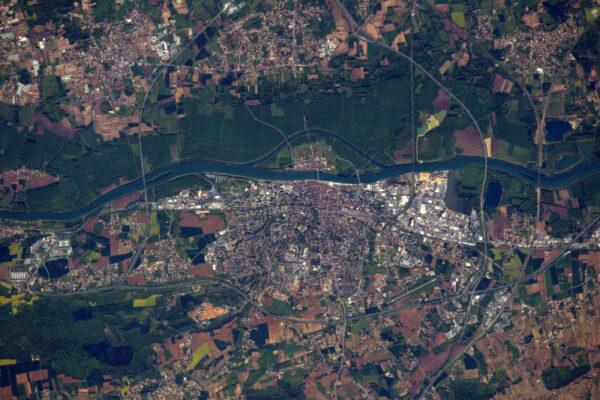 Mâcon na řece Ain severně od Lyonu ve Francii.