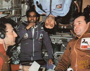 Sovětsko-indická posádka (zleva: Malyšev, Šarma, Strekalov, shora visí Solovjov)