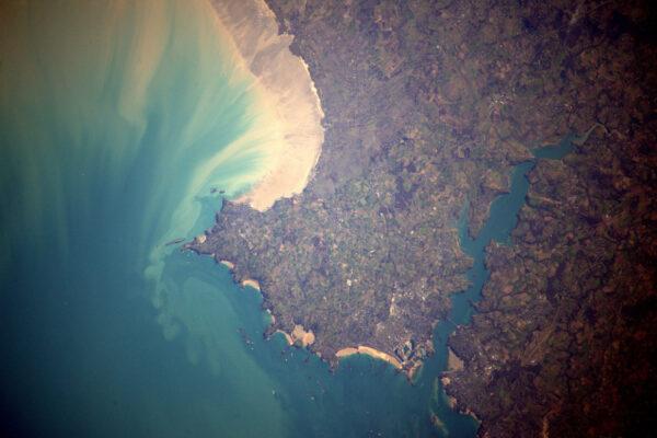 Pobřeží severní Bretaně poblíž Saint-Malo. Líbí se mi souhra písku a moře.