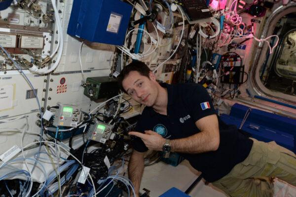 """Na těchto mini Astro Pi počítačích probíhají programy napsané evropskými žáky. Někdy zobrazují teplotu nebo tlak, provádějí výpočty a některé programy se dokonce pokoušejí o interakci s námi: """"stiskni tlačítko""""! Výborná vzdělávací iniciativa a jsem velmi rád, že inspiruje takové množství mládeže k výuce programování – žijeme ve stále více technologickém světě, ve kterém jsou počítačové dovednosti důležité. https://astro-pi.org/proxima/"""
