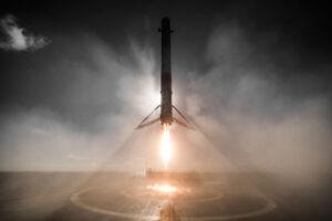 Magická fotka pořízená během prvního přistání prvního stupně na plošině v Tichém oceánu.