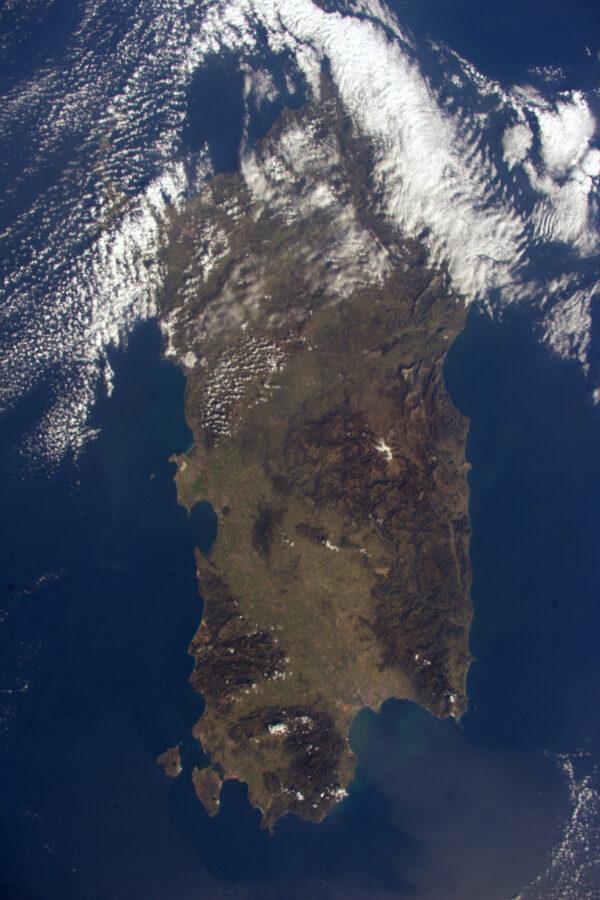 Sardinie, příbuzná Korsiky. Byl jsem tam dvakrát, ale nikdy jsem neviděl moře! Poprvé nás tam poslala ESA na kurz přežití a o dva roky později jsem se vrátil na výcvikovou speleologickou expedici nazývanou CAVES. Skvělé časy – je to ten typ vzpomínek, kdy to bylo těžké, když jste to prožívali, ale při zpětném pohledu vám na tváři vytvoří úsměv, jste-li v pohodlí a teple domova… nebo se vznášíte na Mezinárodní vesmírné stanici :)