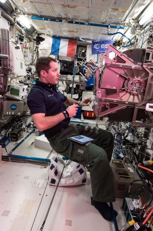 (1/3) Údržba laboratoře Biolab – naší pracovní stanice pro biologické experimenty. Komplikovaný stroj s komponenty Ferrari.