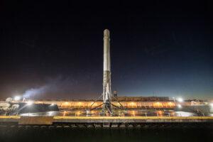 První stupeň připlouvá do přístavu Los Angeles. Stejný stupeň by měl vynést družici BulgariaSat-1.