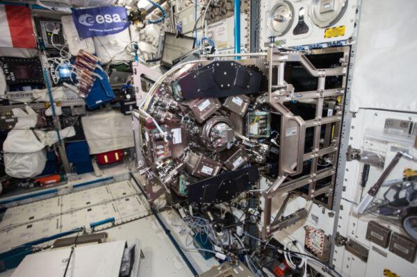 (2/3) Údržba laboratoře Biolab – naší pracovní stanice pro biologické experimenty. Komplikovaný stroj s komponenty Ferrari.